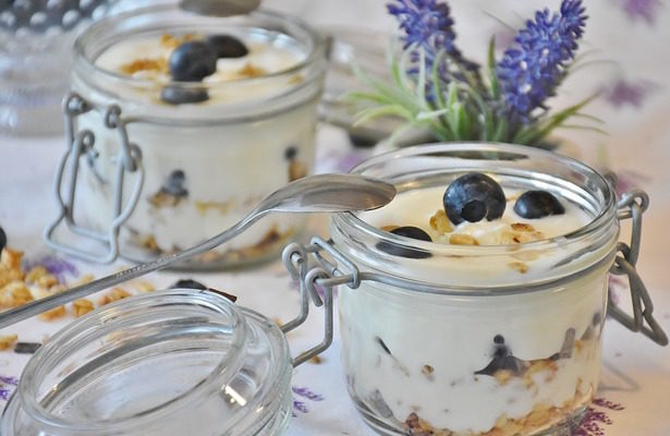 Iogurt casolà en pots de vidre.