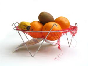 Fruiter dissenyat per Curro Claret. Amb estructura metàl·lica que subjecta una malla de taronges per sostenir la fruita