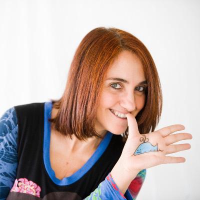 La periodista Pilar Sampietro muestra una balena dibujada en su mano.