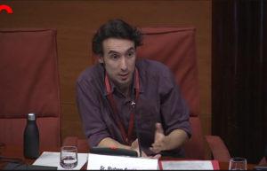Ruben Suriñach interviene en el Parlament de Catalunya en una sesión sobre economía colaborativa.
