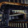 Escalera interior de un edificio, con pasamanos de madera.
