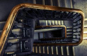 Escala interior d'un edifici, amb passamans de fusta.