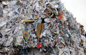 Montaña de residuos de papel.