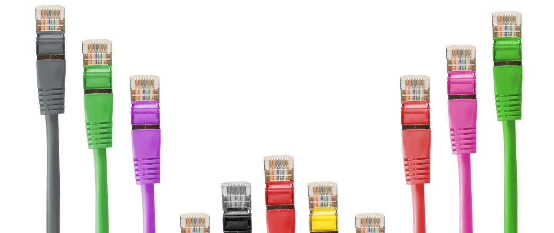 Cables informàtics de colors diferents.