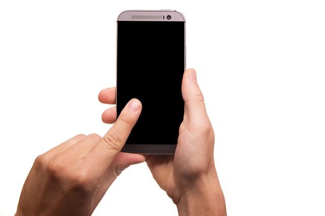 mòbil en unes mans que l'estan usant