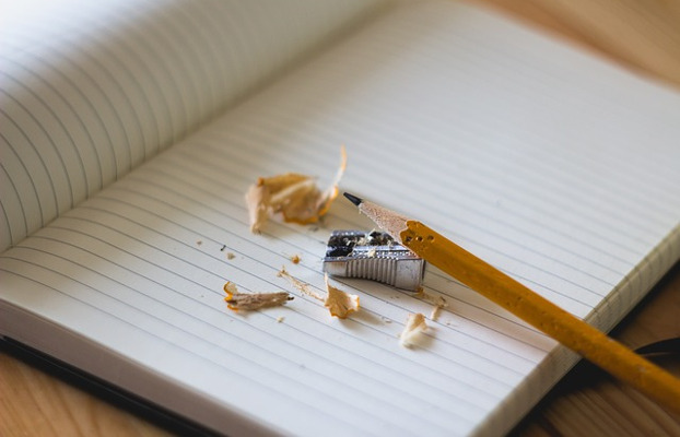 Llibreta amb llapis i maquineta.
