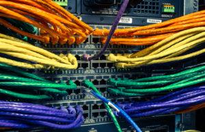 un munt de cables q es connecten a uns quants servidors
