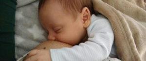 Bebé recostado tomando pecho. Imagen para hablar de la teta ecológica