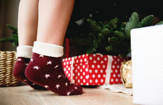 Cames d'un infant que decora un arbre de Nadal. Nadal, consum i criatures.
