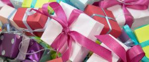 Montaña de regalos para ilustrar un artículo sobre como reducir regalos.