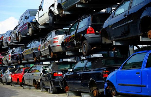 Montaña de coches en el desguace, que es lo que se forma cuando promovemos demasiado el cambiar de coche