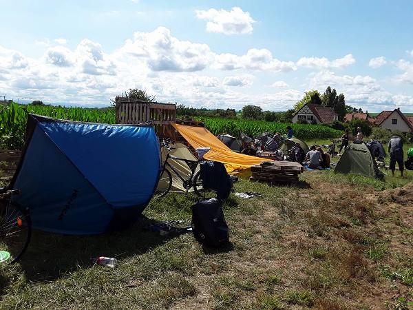 Acampada de los participantes del Ecotopía Biketour.