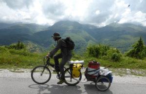 Ciclista pedalant en una carretera de muntanya durant una Ecotopia Biketour