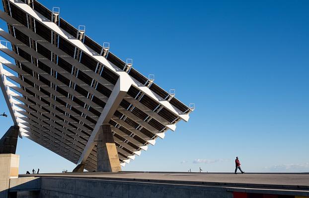 Una gran placa fotovoltaica en un espai públic
