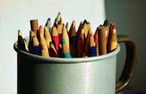 Tassa utilitzada com a posa llapis amb llapis de colors vells. Com consumir material escolar sense comprar.