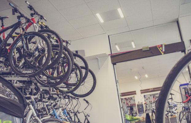 Botiga de bicicletes. Com triar bicicleta