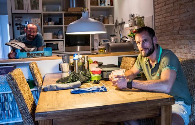 """Christian i Jordi, protagonistes del reportatge """"L'alegria del canvi cap al consum conscient"""""""