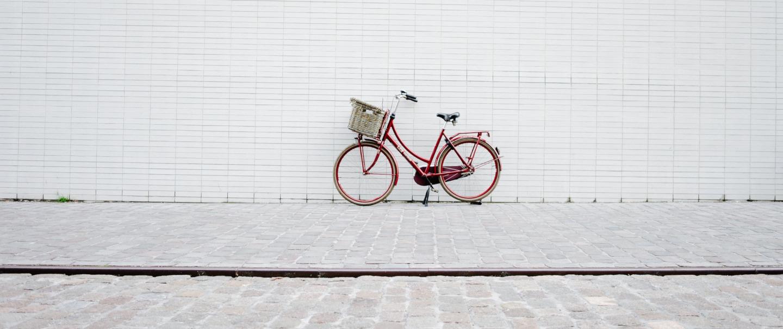 Fotografia bicicleta vermella sobre fons blanc. Imatge de StockSnap a Pixabay
