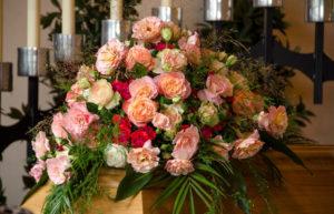 Funerals sostenibles. Féretre amb flors.