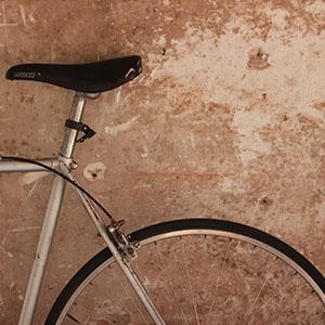bicicleta estacionada al carrer