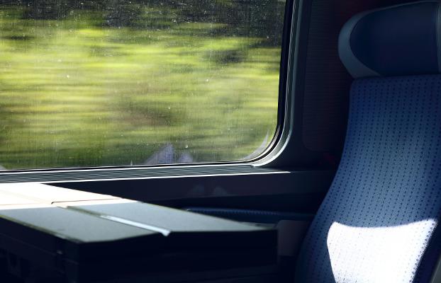 Transport públic. Seient de tren il·luminat pel sol.
